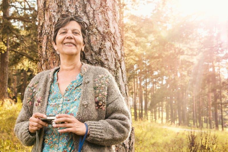 Download Aîné heureux en nature image stock. Image du forêt, course - 76088035