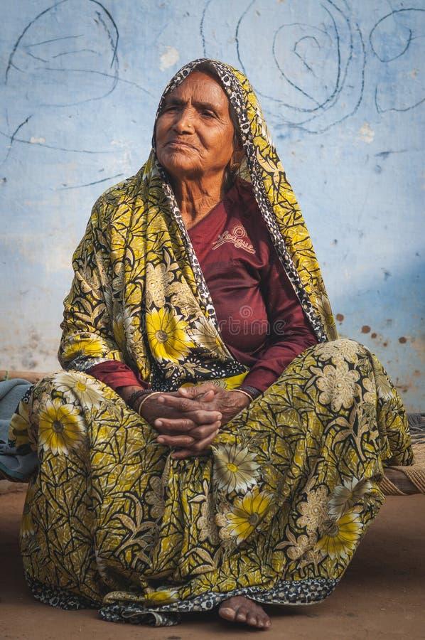 Aîné indien dans l'habillement de tradition s'asseyant image libre de droits