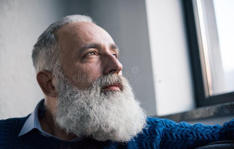 aîné songeur d'homme photos libres de droits