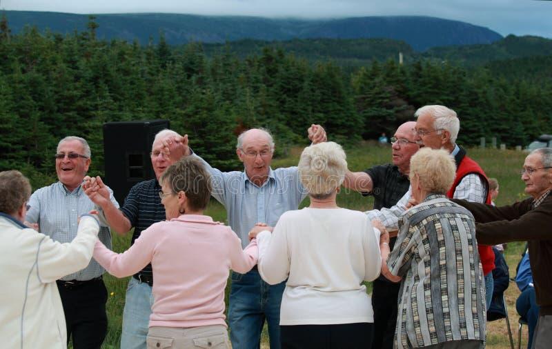 Aînés dansant à l'extérieur photographie stock