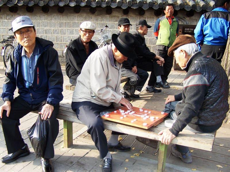 Aînés jouant des échecs chinois photographie stock