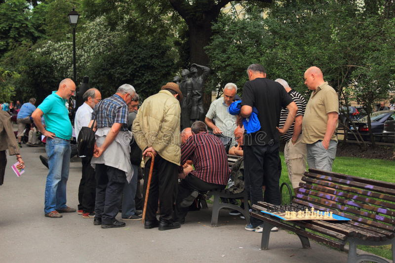 Aînés jouant des échecs Sofia City Garden Bulgaria photographie stock libre de droits