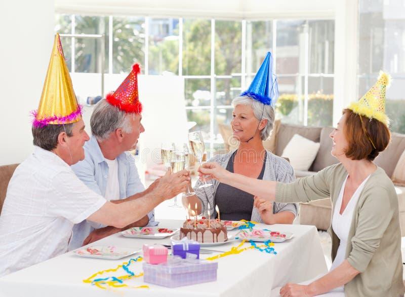 Aînés sur l'anniversaire à la maison photo libre de droits