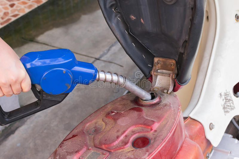 Añada el combustible a la motocicleta foto de archivo libre de regalías