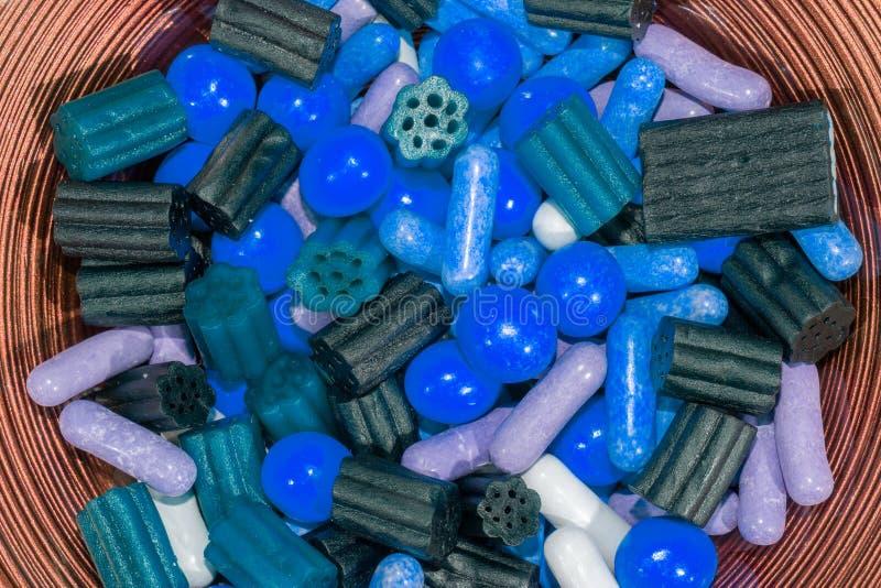 Añadido e hiperactividad del colorante alimentario Variedad de dulce azul imagen de archivo