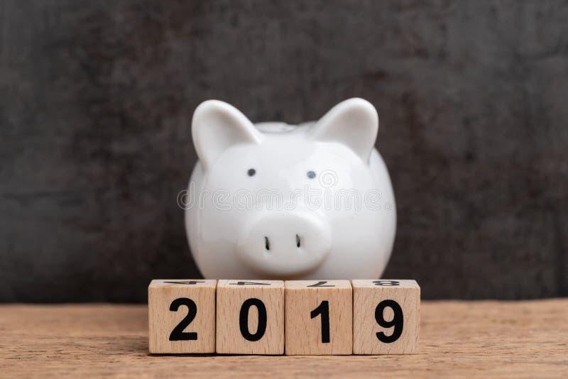 2019, año de metas financieras concepto, año de madera número 2019 de la blanco, del presupuesto, de la inversión o de negocio de fotografía de archivo libre de regalías