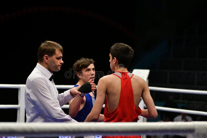 Año de Orenburg, Rusia 6 de mayo de 2017: Los boxeadores de los muchachos compiten fotos de archivo