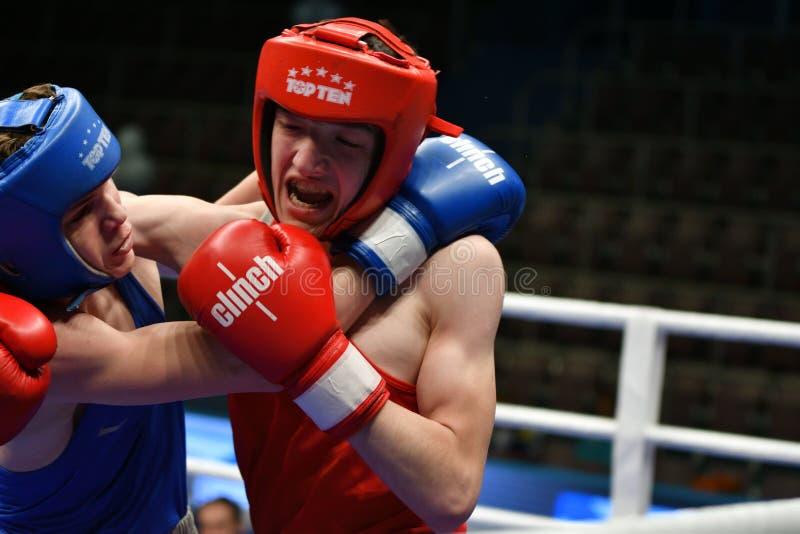 Año de Orenburg, Rusia 6 de mayo de 2017: Los boxeadores de los muchachos compiten fotos de archivo libres de regalías