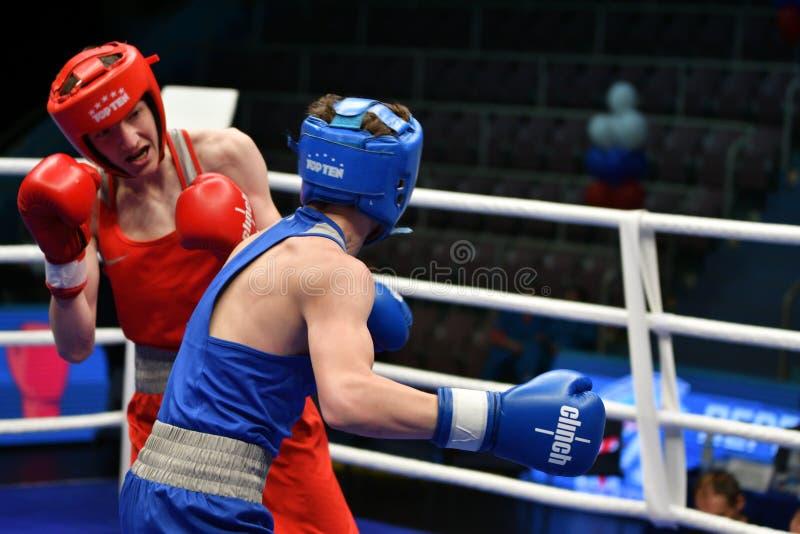 Año de Orenburg, Rusia 6 de mayo de 2017: Los boxeadores de los muchachos compiten fotografía de archivo libre de regalías