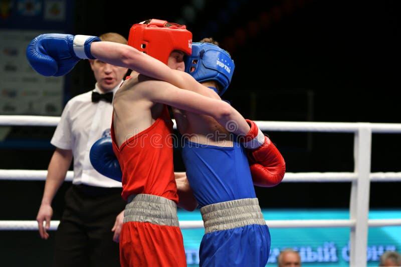 Año de Orenburg, Rusia 6 de mayo de 2017: Los boxeadores de los muchachos compiten foto de archivo libre de regalías
