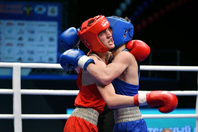 Año de Orenburg, Rusia 6 de mayo de 2017: Los boxeadores de los muchachos compiten imagen de archivo