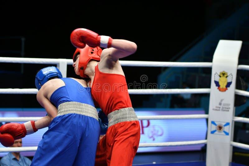 Año de Orenburg, Rusia 6 de mayo de 2017: Los boxeadores de los muchachos compiten imagenes de archivo