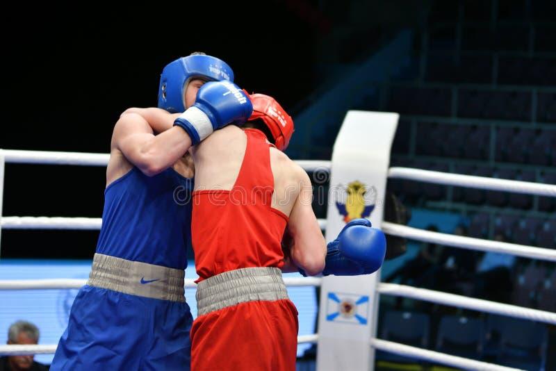 Año de Orenburg, Rusia 6 de mayo de 2017: Los boxeadores de los muchachos compiten foto de archivo