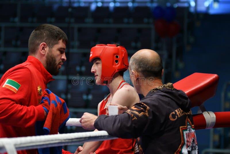 Año de Orenburg, Rusia 6 de mayo de 2017: Los boxeadores de los muchachos compiten fotografía de archivo