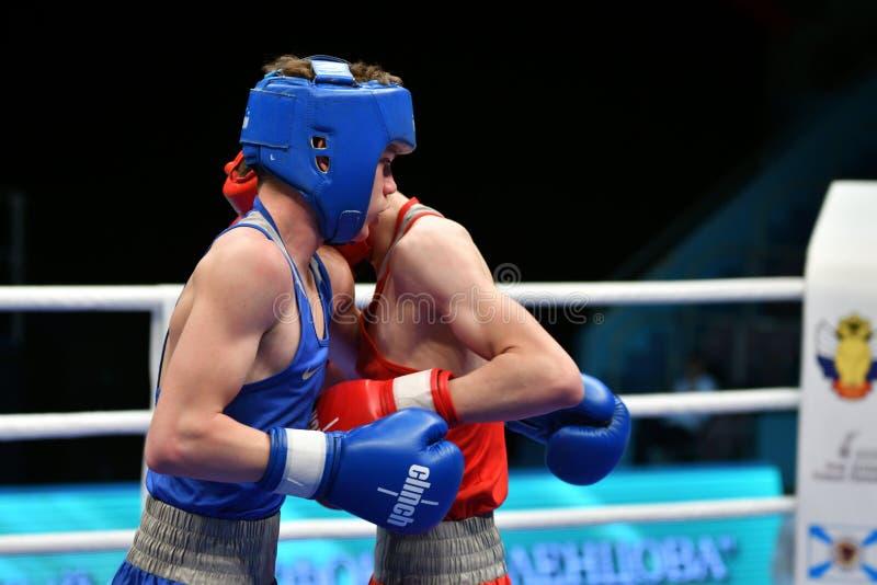 Año de Orenburg, Rusia 6 de mayo de 2017: Los boxeadores de los muchachos compiten imagen de archivo libre de regalías