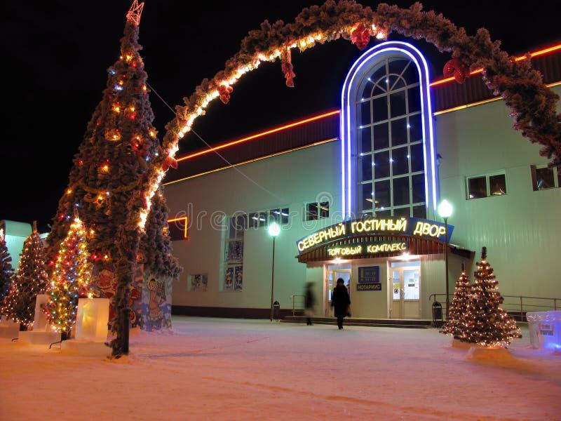 Año Nuevo. Árbol de navidad adornado con las guirnaldas. El centro comercial. imagen de archivo