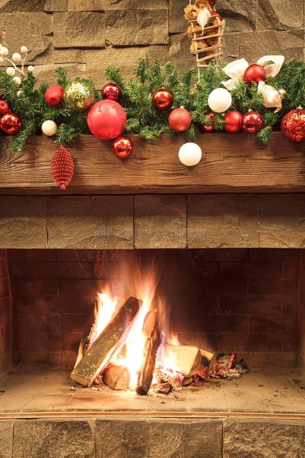 Año Nuevo/árbol de navidad con las decoraciones festivas coloridas en la chimenea imagenes de archivo