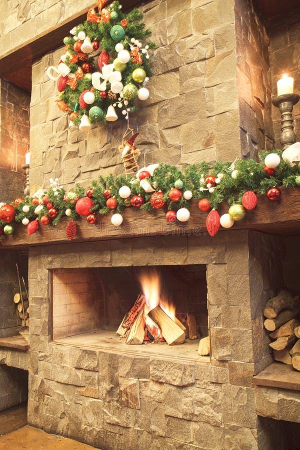 Año Nuevo/árbol de navidad con las decoraciones festivas coloridas en la chimenea imagen de archivo