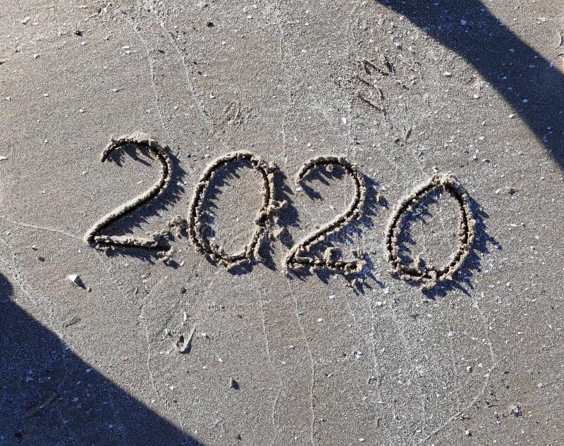 Año Nuevo 2020 Arrojado En Arena Playa imagen de archivo
