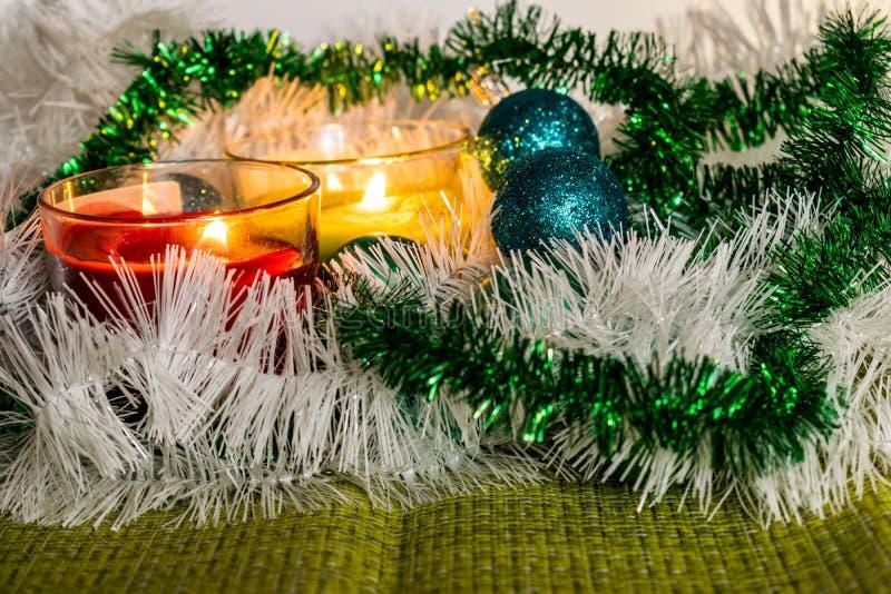 Año Nuevo, bolas verdes y decoraciones para el árbol de navidad Paisaje brillante y hermoso en un fondo del limón con la malla bl imagen de archivo