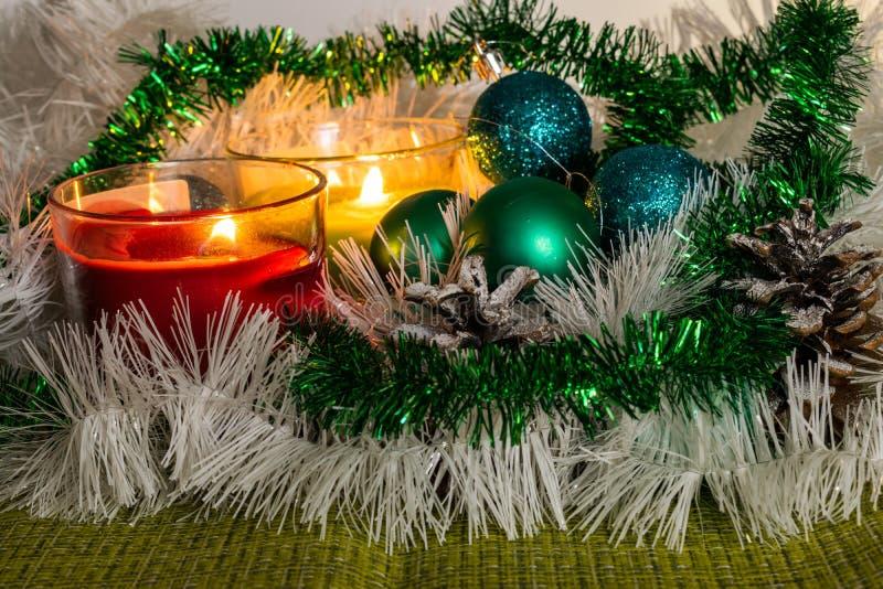 Año Nuevo, bolas verdes y decoraciones para el árbol de navidad Paisaje brillante y hermoso en un fondo del limón con la malla bl imagenes de archivo