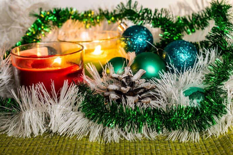 Año Nuevo, bolas verdes y decoraciones para el árbol de navidad Paisaje brillante y hermoso en un fondo del limón con la malla bl imagen de archivo libre de regalías