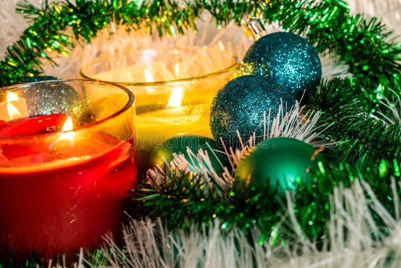 Año Nuevo, bolas verdes y decoraciones para el árbol de navidad Paisaje brillante y hermoso en un fondo del limón con la malla bl fotos de archivo