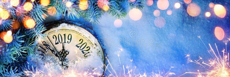 Año Nuevo 2019 - celebración con el reloj del dial en nieve ilustración del vector