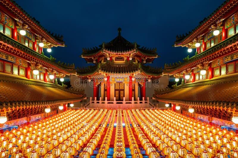 Año nuevo chino, farolillos tradicionales chinos se exhiben en el templo iluminado para el festival del año nuevo chino imagen de archivo libre de regalías