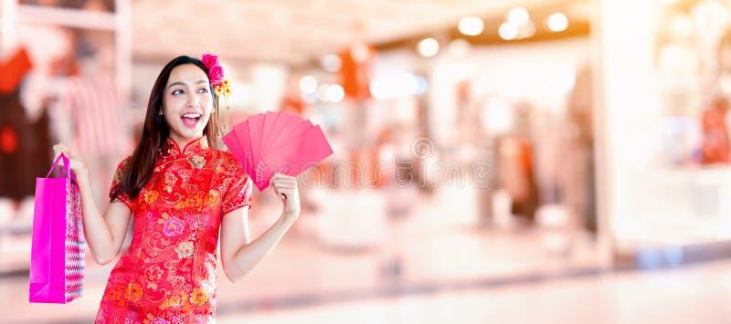 Año Nuevo chino feliz mujer asiática con el bolso de compras imagenes de archivo