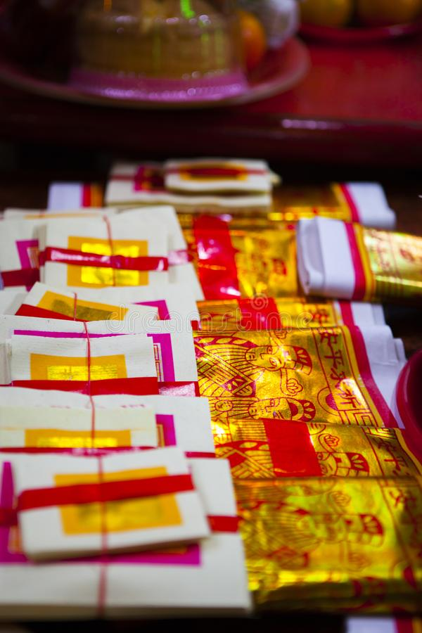 Año Nuevo chino, festival de linterna, aduanas populares taiwanesas, bendiciendo ceremonia, papel de oro usado por rezo fotos de archivo