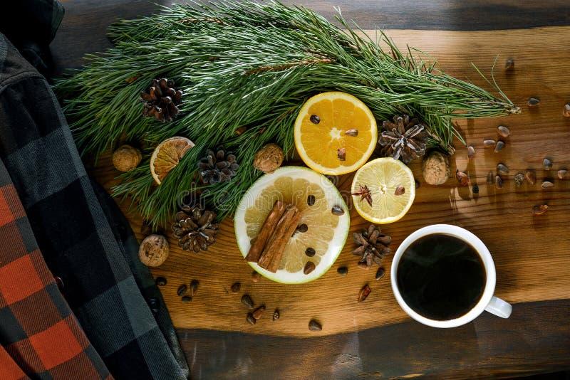 Año Nuevo de la Aún-vida, la Navidad - una taza de café, mandarinas, limones, nueces, pino ramifica, canela fotos de archivo libres de regalías