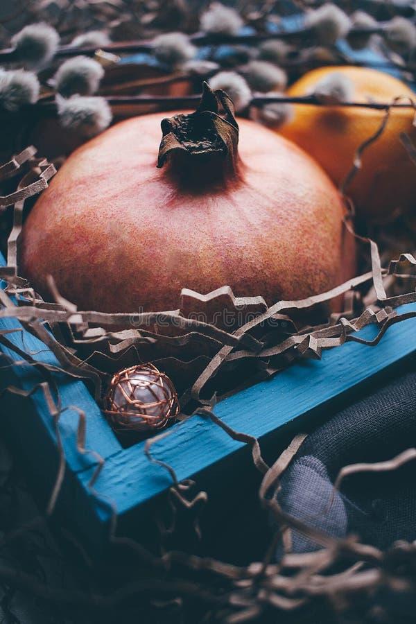 Año Nuevo de la decoración del árbol de la caja azul del invierno del granate fotos de archivo libres de regalías