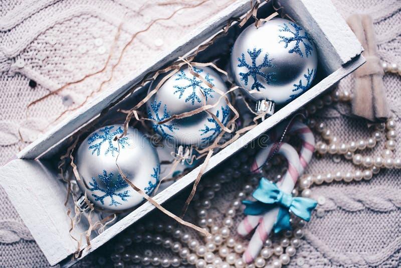 Año Nuevo de la decoración del árbol del caramelo de las bolas de la Navidad imagen de archivo libre de regalías