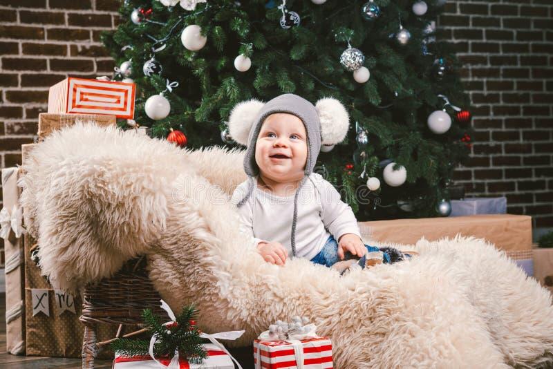Año Nuevo de la Navidad de los niños del tema Cabeza de 1 año del árbol de navidad de la piel del oso del trineo del pequeño bebé imagen de archivo
