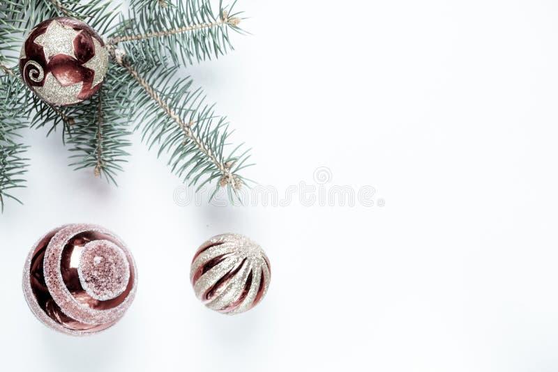Año Nuevo, decoración de la Navidad El abeto ramifica con las bolas de los juguetes en un fondo de la tela foto de archivo