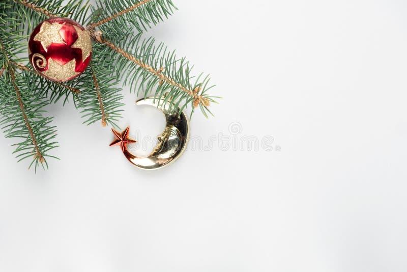 Año Nuevo, decoración de la Navidad Ramas del abeto con las bolas de los juguetes encendido fotografía de archivo