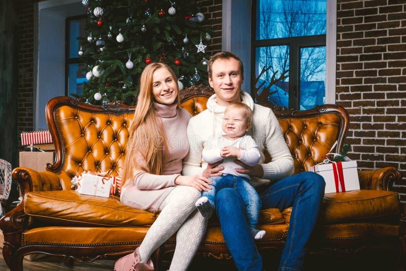 Año Nuevo del tema y días de fiesta de la Navidad en atmósfera de la familia El humor celebra al papá joven caucásico de la mamá  foto de archivo libre de regalías