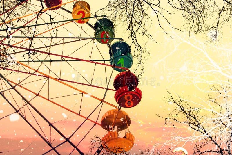 Año Nuevo 2018 Dos mil dieciocho Ferris Wheel Árboles desnudos debajo del nevadas contra el cielo de la salida del sol Sueño del  foto de archivo libre de regalías