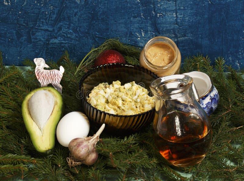 Año Nuevo Ensalada con el aguacate y los huevos foto de archivo libre de regalías