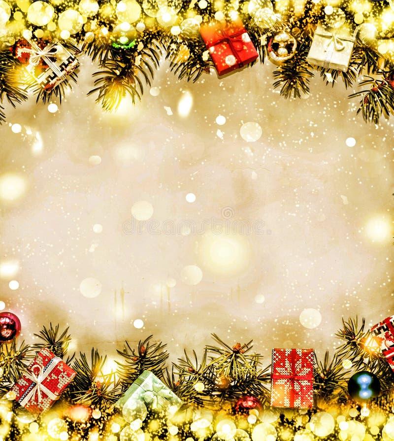 Año Nuevo Fondo, marco de las ramas de árbol de navidad y de las decoraciones de la Navidad Nieve de oro Espacio libre para el te imagen de archivo libre de regalías
