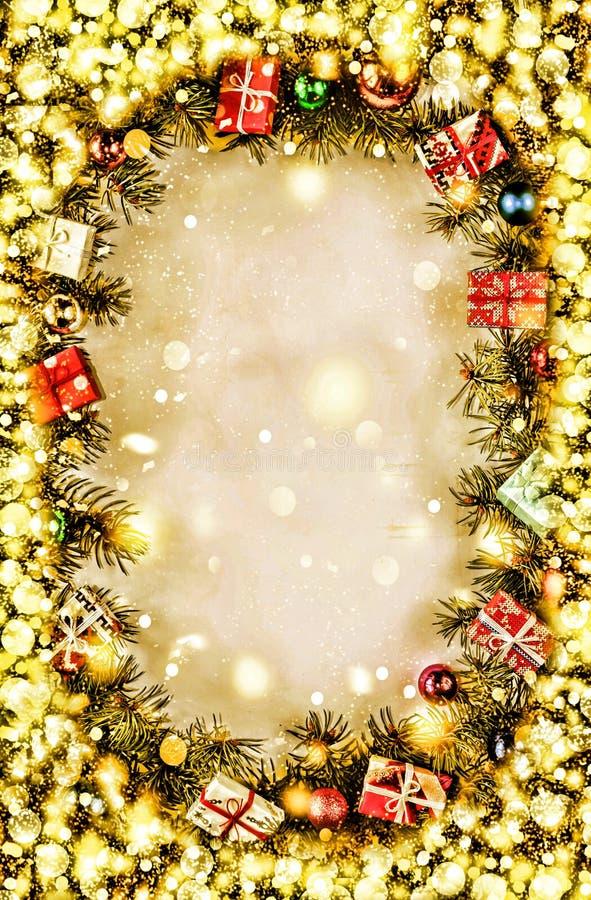 Año Nuevo Fondo, marco de las ramas de árbol de navidad y de las decoraciones de la Navidad Nieve de oro Espacio libre para el te imagenes de archivo