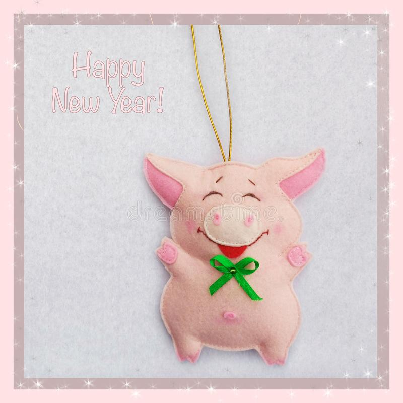 Año Nuevo Juguete suave hecho del fieltro el cerdo lindo Decoración del árbol de navidad Símbolo del año 2019 fotografía de archivo libre de regalías