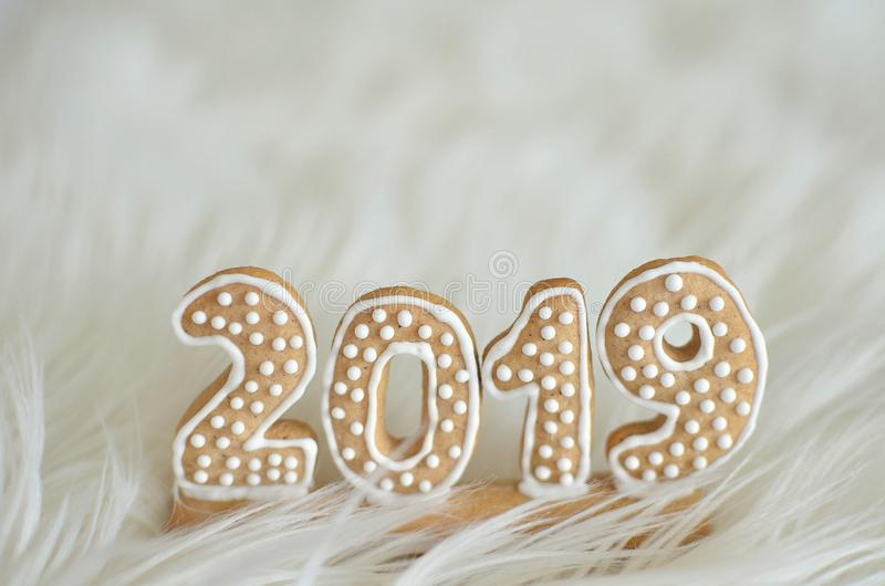 Año Nuevo 2019 La nueva trayectoria Nuevo principio ` S Eve del Año Nuevo Fondo blanco fino imagen de archivo