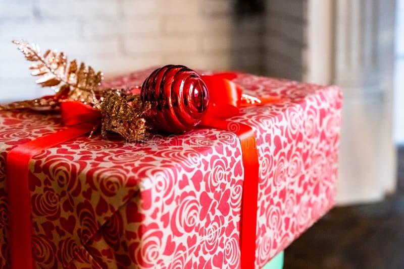 Año Nuevo o caja de regalo de la Navidad con la decoración roja de la cinta y del día de fiesta Feliz Año Nuevo y concepto de la  fotografía de archivo libre de regalías