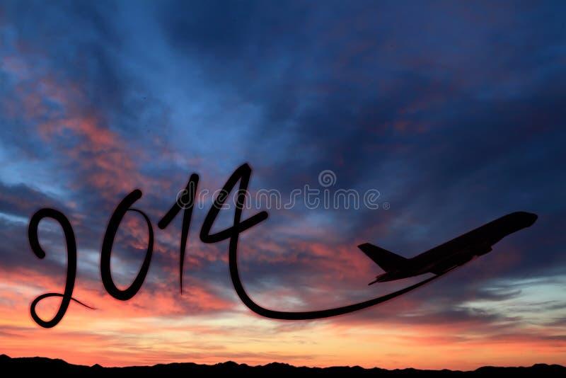 Año Nuevo 2014 que dibuja en el aire en la puesta del sol libre illustration