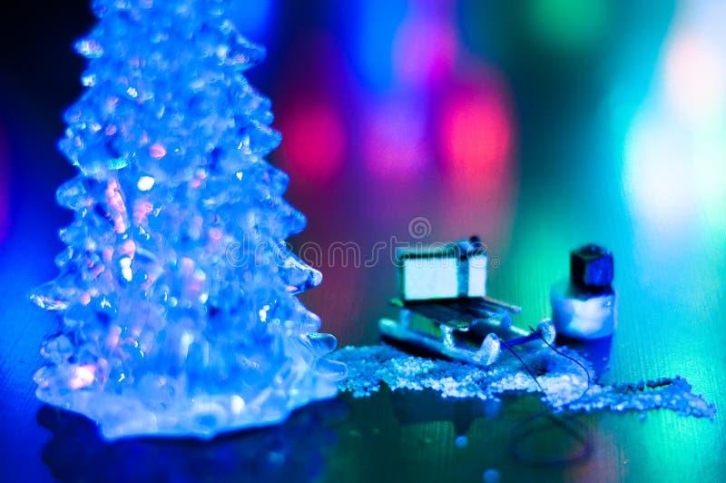 Año Nuevo, regalos brillantes misteriosos de los trineos de la noche de la foto del diseño, espacio de la copia del árbol de navi foto de archivo libre de regalías
