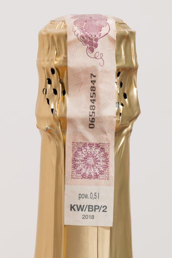 Año polaco del sello de la obligación tributaria de impuesto especial a partir de 2018 en la botella de vino de encendido fotos de archivo