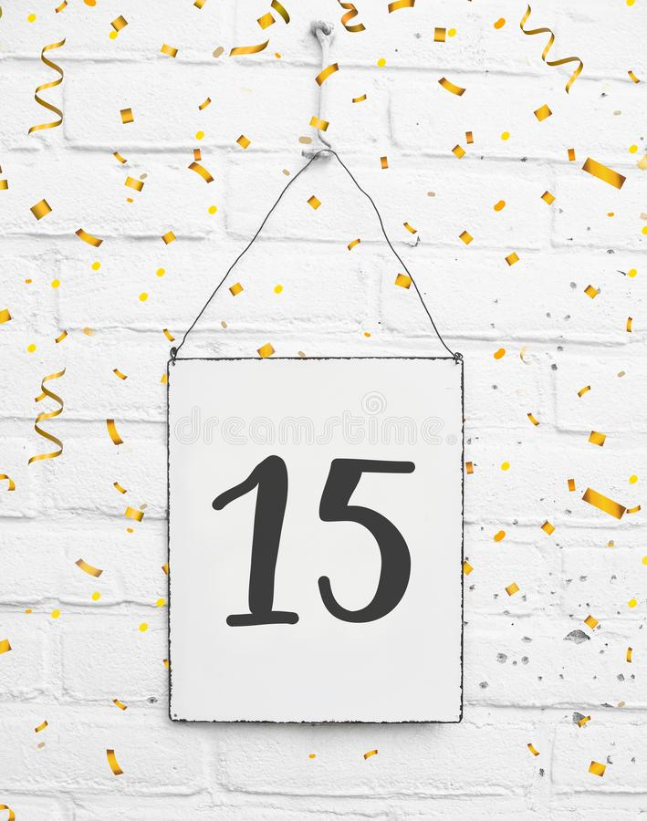 15 años de cumpleaños de la tarjeta de la fiesta con el número quince con de oro imagenes de archivo