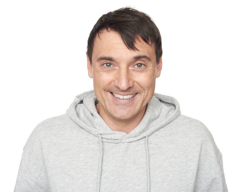 40 años del hombre feliz en sudadera con capucha imagen de archivo libre de regalías